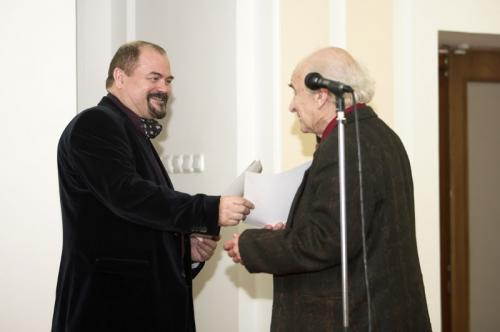 Козорезенко П.П. вручает диплом Неменскому Б.М.