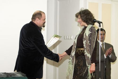 Козорезенко П.П. вручает диплом Неменской Л.А.